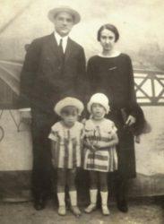 Gumersindo Sánchez e Elisa Fernández de la Vega, xunto a dous dos seus fillos.