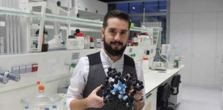 Juan Bermúdez, cunha figura que representa a estrutura da perovskiña, composto que lle valeu o premio. Imaxe: UDC.