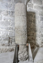 Miliario de Hadriano atopado nun dos extremos da ponte.
