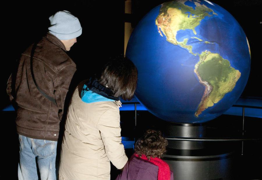 Unha familia contempla a Oceanosfera. Imaxe: mc2/Flickr.