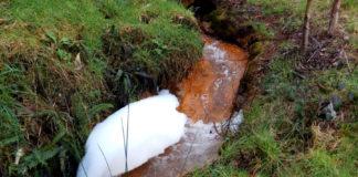 Contaminación no río Portapego, nunha foto tomada o pasado 10 de marzo. Imaxe: Mina Touro-O Pino Non.