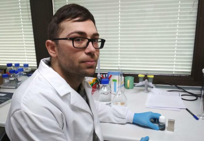 Un dos investigadores participantes no achado do sistema para a detección de toxinas. Foto: Campus Terra USC.