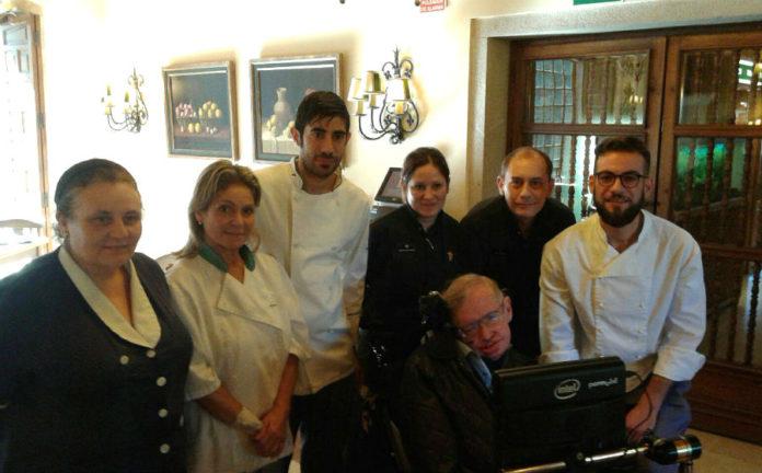 Hawking, na última das súas visitas a Galicia, con traballadores do parador de Cambados.