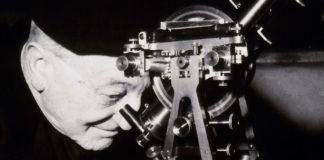 Ramón María Aller Ulloa Observando a través dun telescopio
