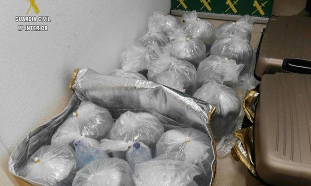 Maletas cheas de meixóns de anguías, nunha das incautacións realizadas pola Garda Civil. Imaxe: @guardiacivil.