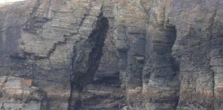 """Imaxe de derrubamentos nun dos arcos das Catedrais. Fonte: """"Estudio de las posibles consecuencias del ascenso del nivel del mar en los procesos erosivos de los acantilados en el monumento natural de la Playa de As Catedrais""""."""