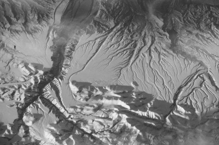 Ves ao gorila na imaxe? Esta foi unha das fotografías empregadas polos científicos para comprobar o efecto. Foto modificada dunha orixinal da NASA.