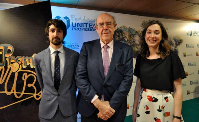 Os MIR Miguel Villamarín e Lucía Rodríguez, xunto a Julián Álvarez, decano de Medicina. Foto: USC.