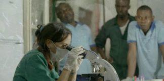 Rebeca Atencia, traballando no laboratorio do Instituto Jane Goodall no Congo. Fonte: Youtube / Instituto Jane Goodall.