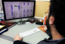 O investigador Artemio Mojón observa a medición dun paciente. Imaxe: Yago Grela.