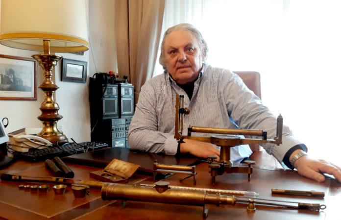 César Camargo, con varias das ferramentas orixinais coas que traballou Domingo Fontán.