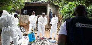 Equipo de desinfección nunha das zonas afectadas polo ébola. Fonte: OMS /C.Black.