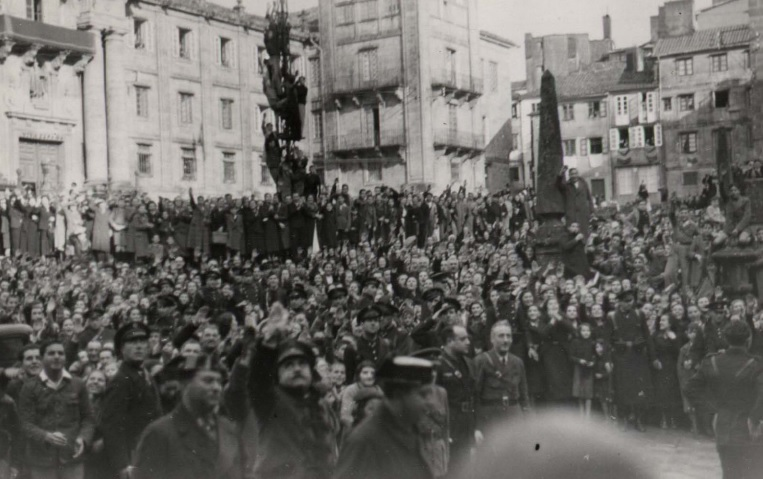 Santiago de Compostela. Unha multitude agarda a saída de Franco durante a súa visita á Catedral.