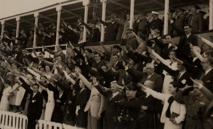 """A Coruña. Saludo fascista durante o himno alemán, con motivo dun partido de fútbol entre unha selección militar da Coruña e a tripulación do cruceiro alemán """"Köln""""."""