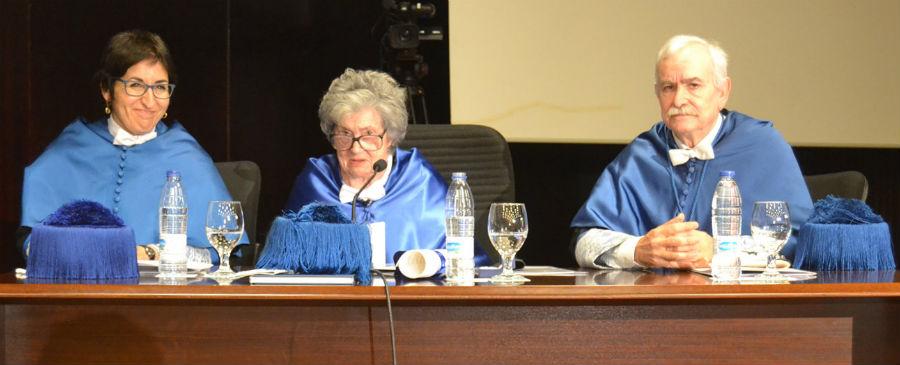 Inmaculada Paz Andrade, acompañada pola secretaria xeral da UVigo en funcións, Gloria Pena, e o profesor José Luis Legido. Foto: Duvi.