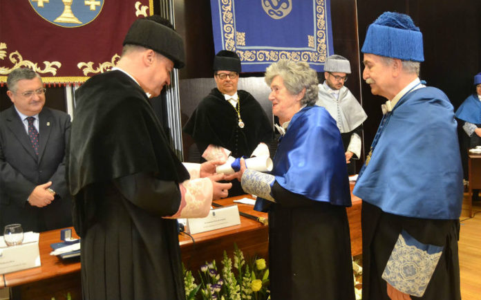 Inmaculada Paz Andrade recibindo o diploma de mans do reitor en funcións, Salustiano Mato. Foto: Duvi.