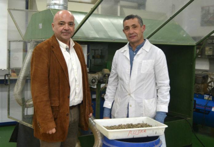 Luis Ortiz e Antonio Vázquez, na planta de enerxías xiloxeradas da Escola de Enxeñaría Forestal da UVigo. Imaxe: Duvi.