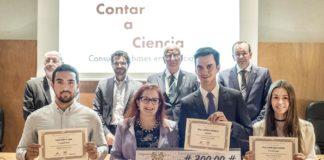 """Os tres finalistas da quinta edición de """"Contar a Ciencia-la Caixa"""", xunto a Elena Vázquez Cendón e outras autoridades. Foto: Anxo Iglesias."""