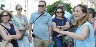 Inés, a guía turística, e os primeiros turistas das visitas guiadas polo centro histórico este verán. Fotos: Alfonso Alonso.