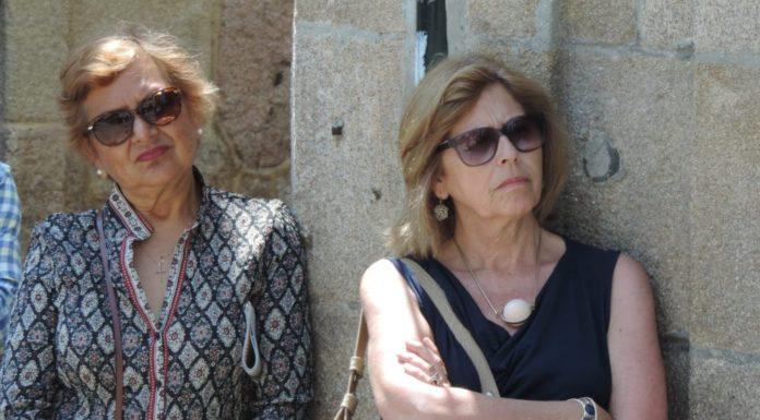 Elena e Rita escoitan con atencións a palabras da guía turística.
