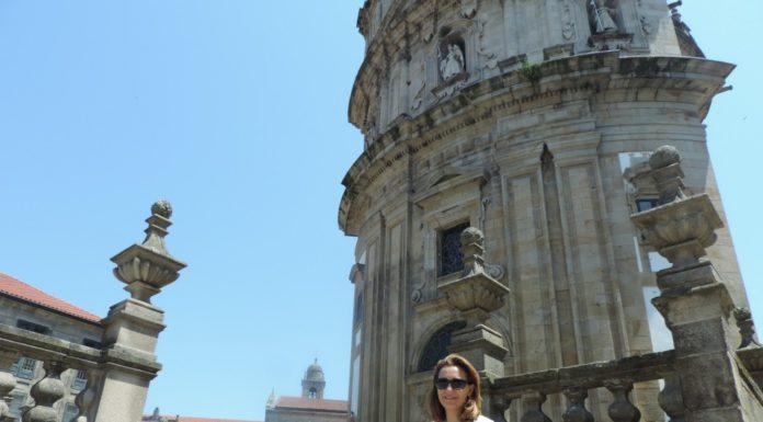 Inés Brandido diante do Santuario da Virxe Peregrina.