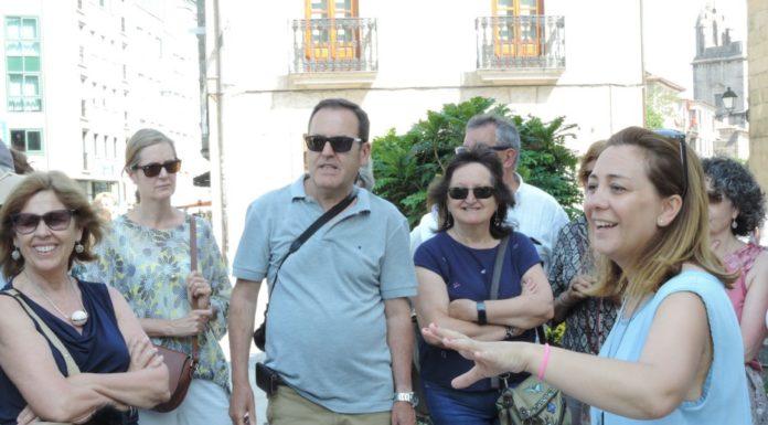 Inés Brandido e os turistas desfrutando da explicación.