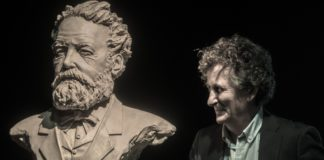 Jean Michel Verne, tataraneto de Jules Verne, ao lado dunha obra de José Molares | FOTO: Suso González
