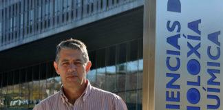 Carlos Bravo, diante da Facultade de Química da UVigo. Foto: Duvi.