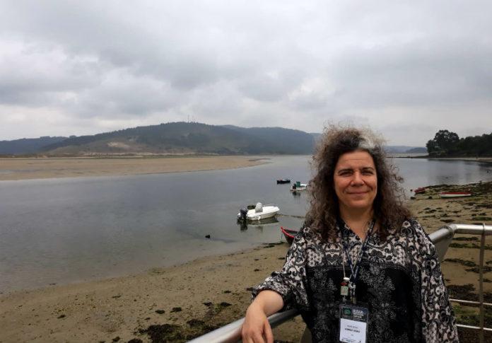 María Jesús Sobrido, á beira do esteiro do Anllóns, preto de onde ten a súa orixe a maioría dos afectados galegos da ataxia SCA36. Foto: R. Pan.