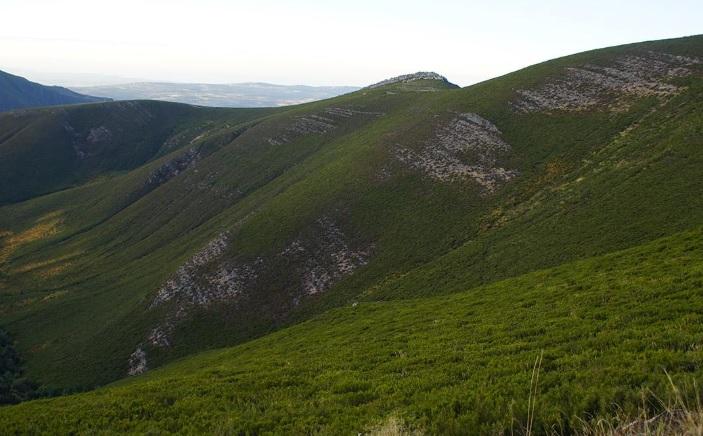 Os cumes e as abas do Invernadeiro van mudando de cor ao longo do ano. Foto: parquesnaturais.xunta.gal.