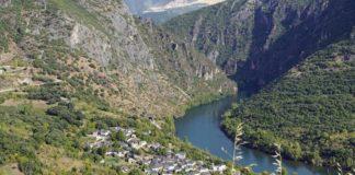 A panorámica da aldea de Covas, á beira do Sil, é unha das moitas paisaxes abraiantes da Enciña da Lastra. Foto: parquesnaturais.xunta.gal.