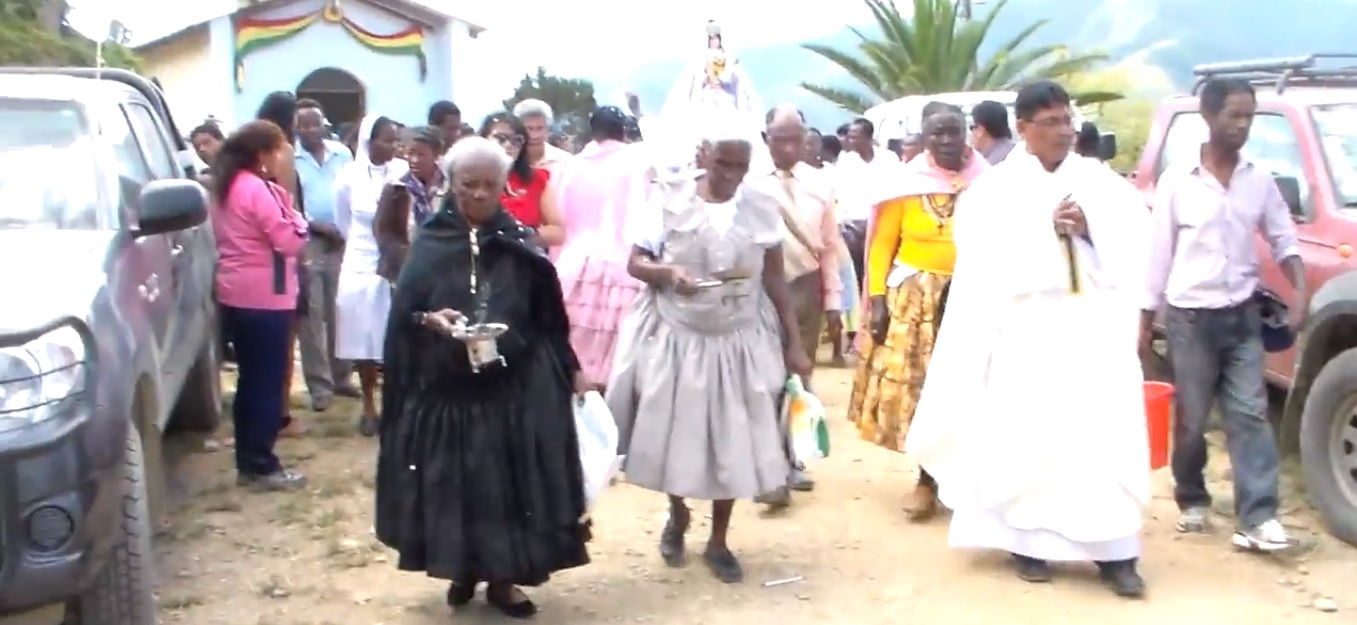 Imaxe dunha procesión en Los Yungas na que participa a comunidade afroboliviana. Fonte: Lumbanga de Arica / Youtube.