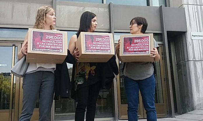 María de la Fuente (centro) xunto a dúas compañeiras na entrega de sinaturas no ministerio. Imaxe: Change.org.