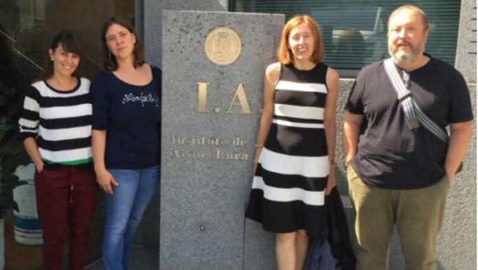 Ana Toffan e Valentina Panzarin, xunto a Isabel Bandín e Carlos Pereira nas instalacións do Instituto de Acuicultura. Foto: USC.