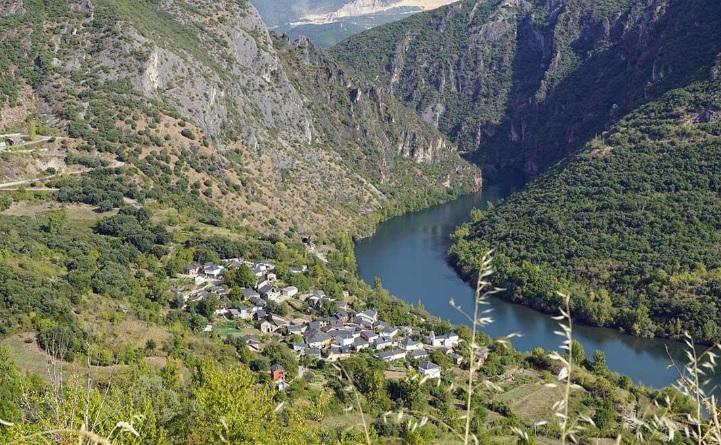 La vista panorámica de la aldea de Covas, a la orilla del río Sil, es uno de los paisajes fascinantes de la Enciña da Lastra. Foto: parquesnaturais.xunta.gal.