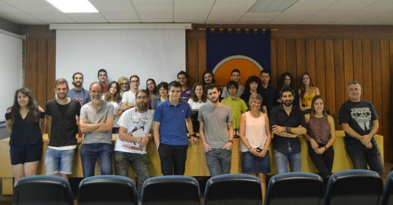 Profesorado e alumnado participante nesta iniciativa, xunto ao autor de 'Apocalipsis Z', Manel Loureiro. Foto: Duvi.