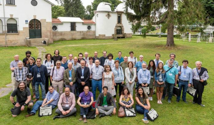 O equipo do Observatorio Ramón María Aller, diante das instalacións. Foto: USC.