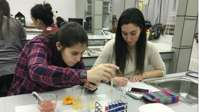 Nas aulas, desenvolvéronse diferentes actividades para achegar ao alumnado á problemática da acidificación oceánica. Foto: Duvi.