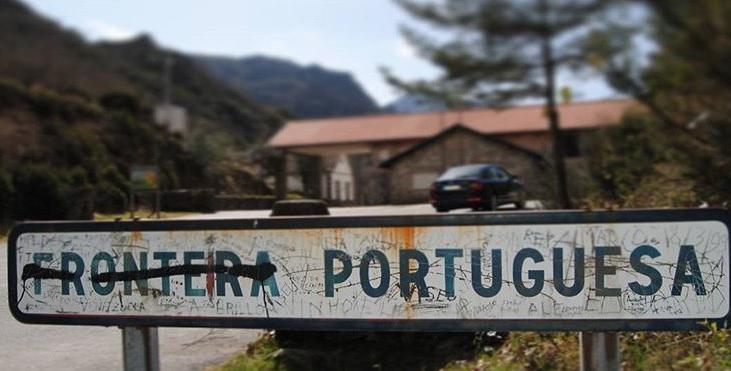 Cartel que anunciaba la frontera entre España y Portugal, en Portela do Homem, en la Serra do Xurés. Foto: R. Pan.