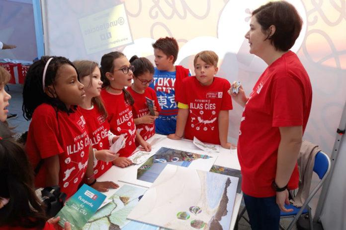 Centos de escolares pasaron polos obradoiros científicos sobre as Illas Cíes. Foto: R. Pan.