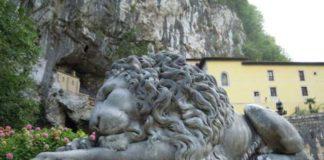 Os leóns están na entrada que dá acceso á cova e o santuario de Covadonga. Imaxe: santuariodecovadonga.org.