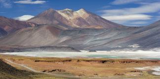 Vista dos Cerros de Incahuasi, e ao seu pé, o Salar de Talar, preto de San Pedro de Atacama. Foto: Luca Galuzzi / CC BY-SA 2.5.