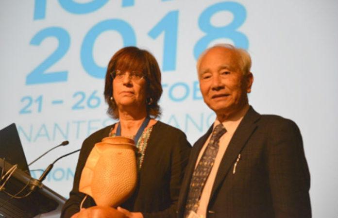 Beatriz Reguera, xunto ao doutor Yasumoto, que dá nome ao galardón. Imaxe: IEO.