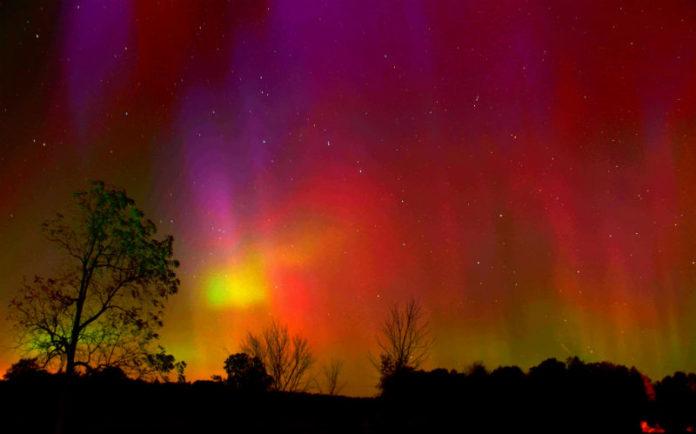 Unha aurora vermella, como a descrita en 1737, é menos habitual que as verdosas e amareladas, pero tamén aparecen en determinadas circunstancias. Foto: Gerrybuckel / CC BY-ND 2.0.