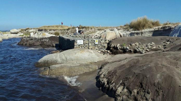 Ás veces, nas mareas altas, a auga cobre parcialmente o muro que protexe á mámoa 4. Fonte: Guidoiro Dixital.