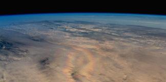 """A """"gloria"""", no centro da imaxe, é unha especie de arco da vella circular. Foto: Alexander Gerst / ESA."""