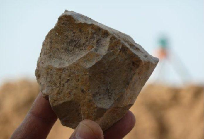 Restos líticos feitos por homínidos e atopados no norte de Alxeria. Fonte: Cenieh.