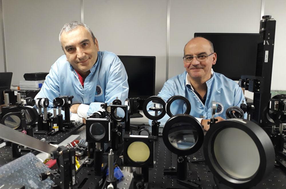 Roberto López e José Luis Rasilla, no coñecido como 'búnker' do departamento de Óptica. Foto: R. Pan.