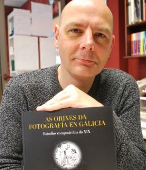 Carlos Castelao, co seu libro. Foto: Alvarellos Editora.