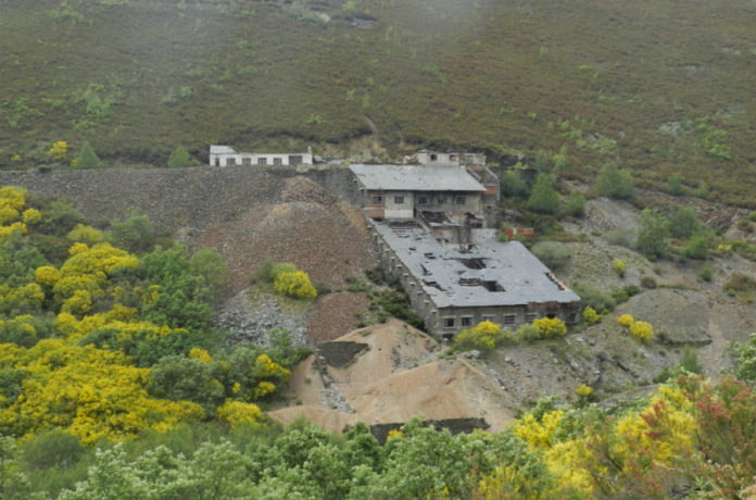 Un dos edificios da mina que segue en pé, en Valborraz, na parroquia de Casaio, en Carballeda de Valdeorras. Imaxe cedida por Carlos Tejerizo.